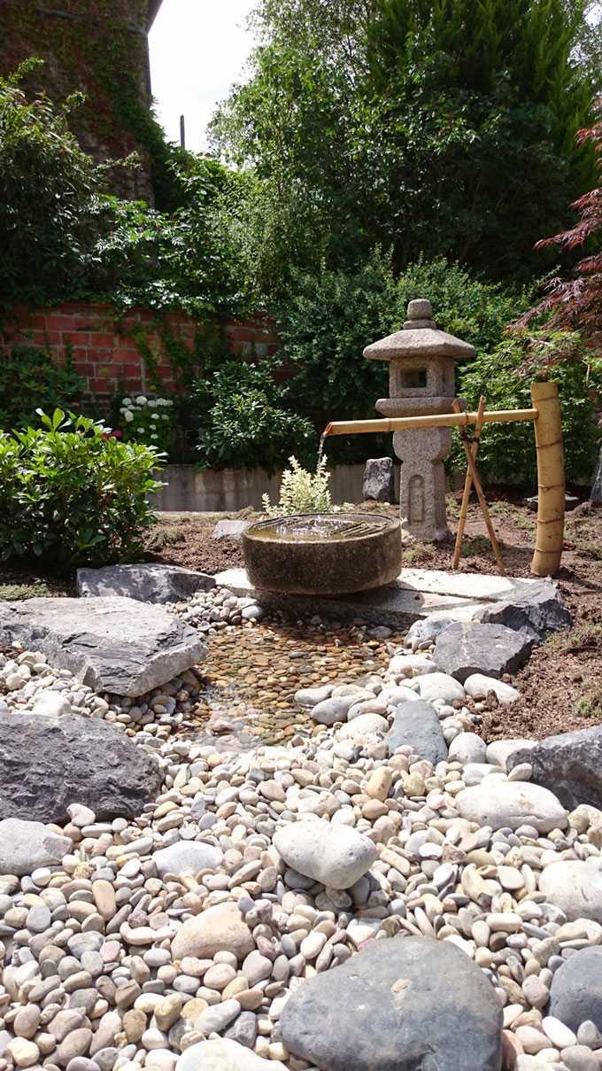 Rivière sèche et fontaine en bambou