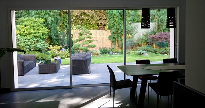 vue de l'intérieur un jartdin réalisé par un paysagiste spécialisé cen jardin japonais
