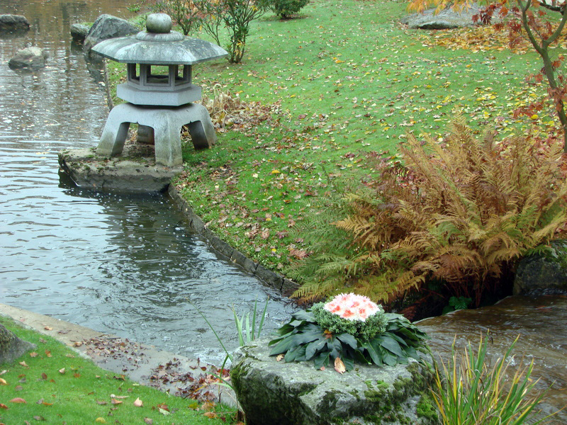 Lanterne et ikebana photos de jardin japonais for Jardin japonais lanterne